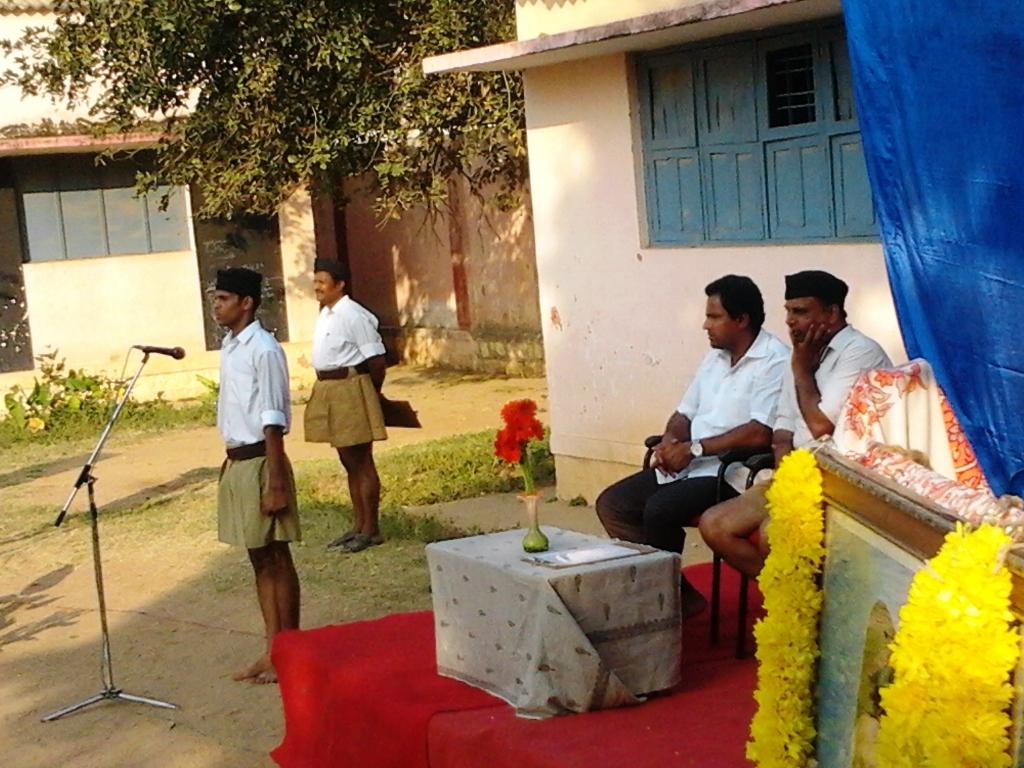Congress leader attends RSS Shakha Prog ಆರೆಸ್ಸೆಸ್ ಅಂಗಳಕ್ಕೆ ಕಾಂಗ್ರೆಸ್ ನಾಯಕ