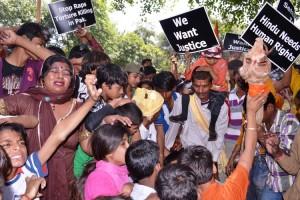 Photos 130417-3 Pak Hindus Protest at UN Office in Delhi