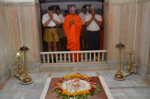 Sri Sri Nirmalananda Swamiji with Mohan Bhagwat offerering tributes to Dr Hedgewar Samadhi at Nagpur June-6-2013-