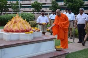 Nirmalananda Swamiji with Mohan Bhagwat offerering tributes to Guruji Golwalkar Samadhi at Nagpur June-6-2013