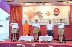 6.Pawan Jindal-Nirmalananda Swamiji-Bhagwat-Samarjit Gaekwad-Dr Dilip Gupta-SSV-Samarop Nagpur--June-6-2013