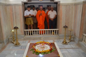 Nirmalananda Swamiji with Mohan Bhagwat offerering tributes to Dr Hedgewar Samadhi at Nagpur June-6-2013--