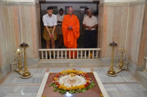 Nirmalananda Swamiji with Mohan Bhagwat offerering tributes to Dr Hedgewar Samadhi at Nagpur June-6-2013