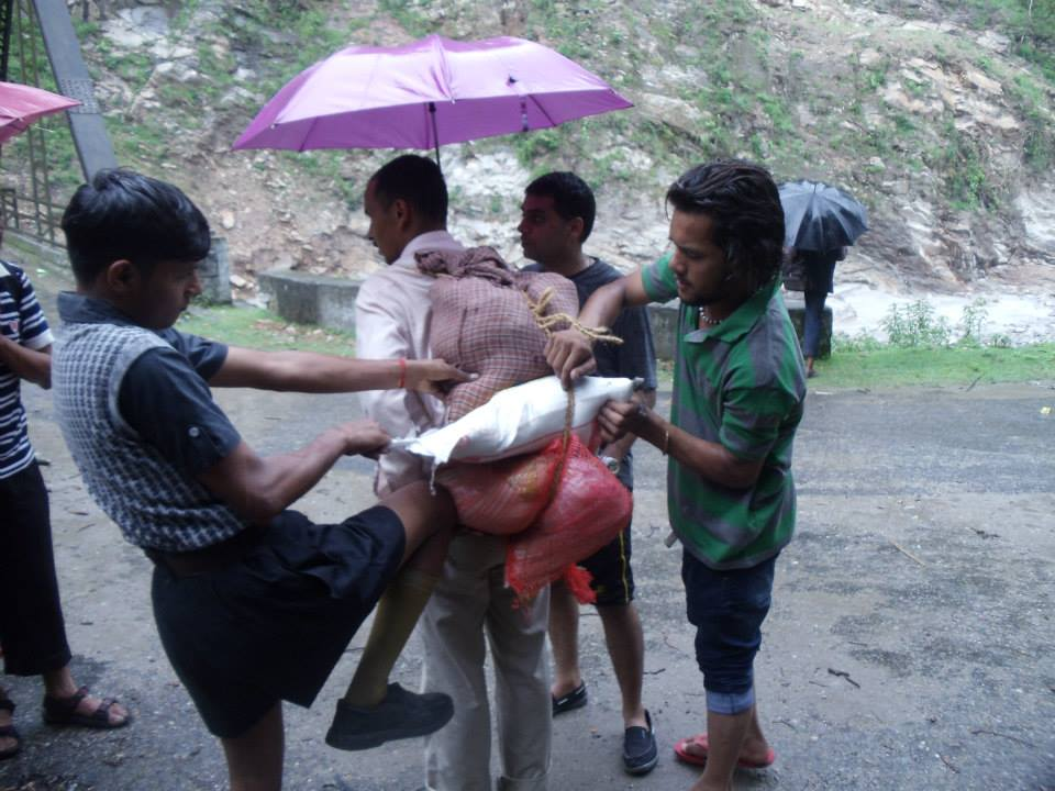 Games learned in Shakha, now a Practical reality. #RSS Swayamsevaks carrying goods in NO VEHICLES areas of #Uttarakhand.