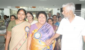 Actress Kaviyoor Ponnamma welcomed by Shobha Surendran at Kochi Balagokulam Conference