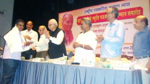 Amrut Joshi received award from LK Advani