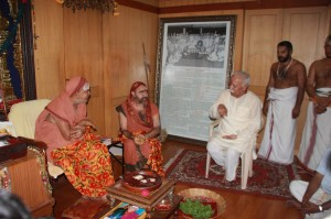 File Photo: RSS Sarasanghachalak Mohan Bhagwat today met Kanchi Kamakoti Peetam Pujyasri Jayendra Saraswati Shankaracharya Swamiji and Pujyasri Sankara Vijayendra Saraswathi Swamiji who were observing Chaturmasya Vratam and Puja at Kanchi Mutt, Tamilnadu on Aug 14, 2013