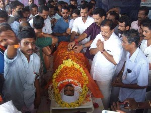 Local BJP leaders Muralidharan, Surendran & other sanghaparivar leaders pays final tributes to Vinod Kumar