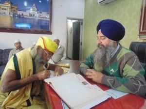 shri darbar sahib amritsar ke suchna kender main sant sita ram g