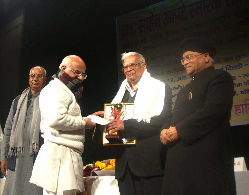 Prof Satish Chandra Mittal receives 'Dr Vishnu Shridhar Wakankar Purakar' from RSS sahsarakaryavah Suresh Sony