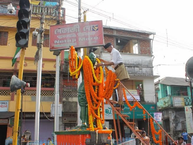 RSS Siliguri Vibhag Sanghachalak Kulchatraprasad Agarwal garlanding on Netaji's statue