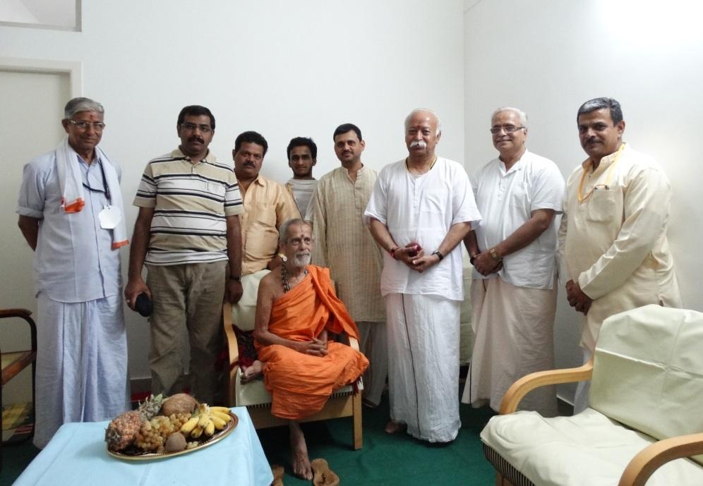 Pejawar Swamiji meets RSS Sarasanghachalak Mohan Bhagwat at ABPS meet Bangalore