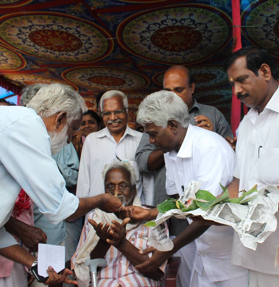 Kummanam Rajasekharan the agitation movement leader gives Aranmula Temple Prasadam to  the oldest peasant Sri Podiyan,to celebrate Aranmula agitation Victory
