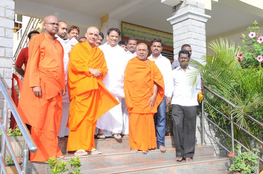 Madara Chennayya Swamiji (extreme left) with  Nirmalanathananda Swamiji.