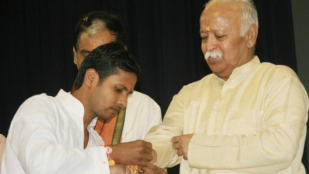 A volunteer of Sanskruti Surakshya Samiti tying Rakhi to RSS chief Mohan Bhagwat in Bhubaneswar on Sunday, Aug 10, 2014