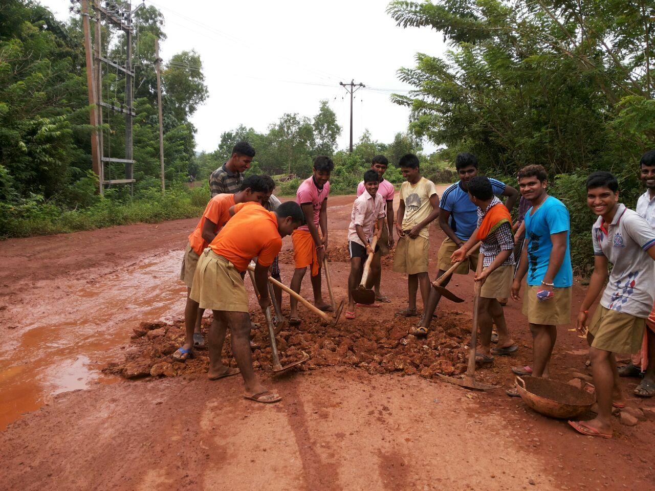 Travel resumes after RSS Swayamsevaks repaired 13 km road at Manjeshwar, Kasaragod