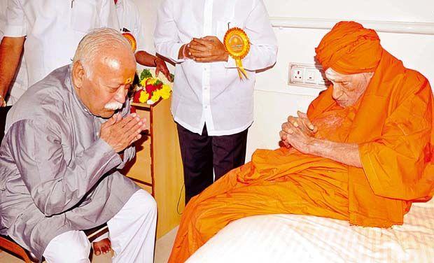 RSS Sarasanghachalak Mohan Bhagwat greeted Sri Dr Shivakumar Swamiji at Siddaganda Matha duing Sant Sammelan.