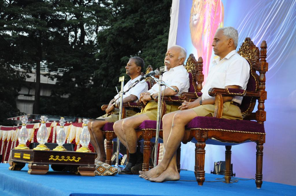 RSS Sarasanghachalak addressing. To his right M Venkataramu, RSS Pranth Sanghachalak and to his left Dr BN Gangadhar, RSS Bengaluru Mahanagar Sanghachalak