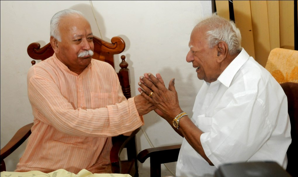 RSS Sarasanghachalak Mohan Bhagwat with Justice Krishna Iyer (FILE PHOTO)