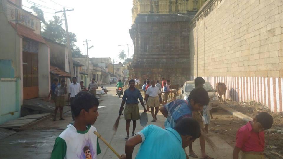 RSS Swayamsevaks cleaned the premises of Varadaraja Perumal Temple at Kanchipuram in Tamilnadu as a part of Seva Sanghik.