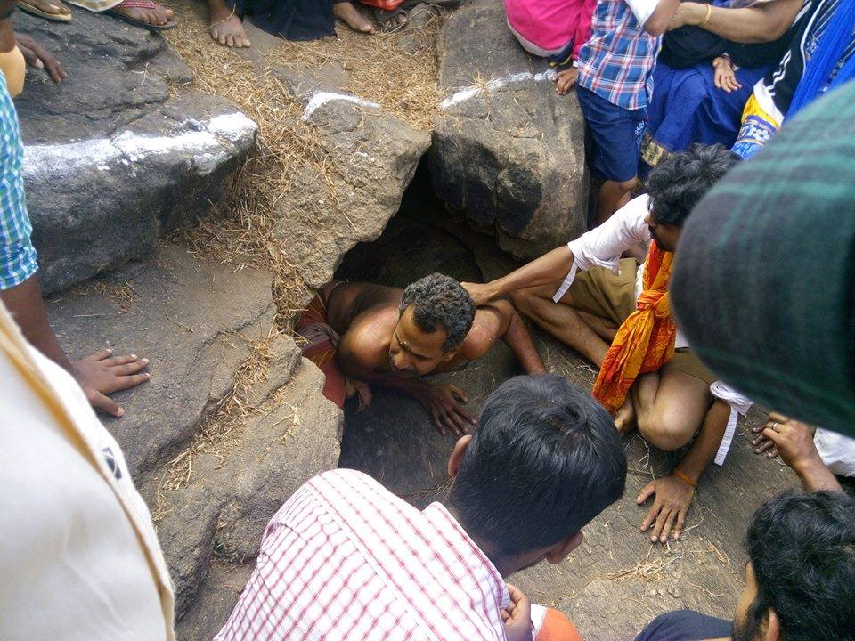 RSS Swayamsevaks helps devotees during 'Punarjani Guha crawling festival' in Thiruvilwamala Kerala