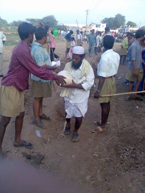 RSS Swayaamsevaks helping Muslim families during flood relief campaign FILE PHOTO
