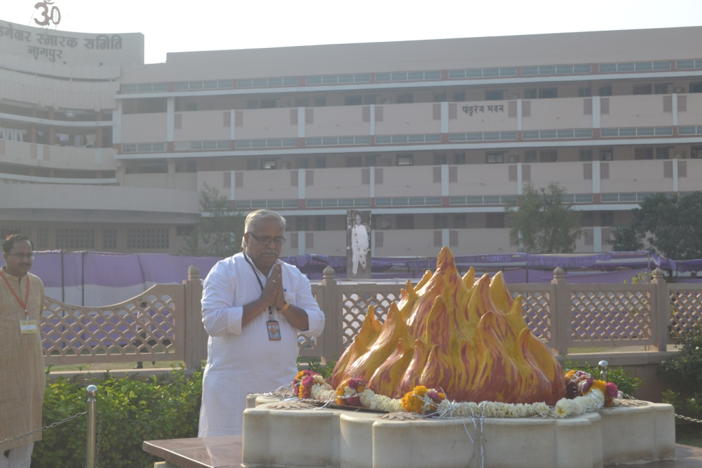 RSS Sarakaryavah Suresh Bhaiyyaji Joshi offered tributes to 'Smruti Chinh'; Samadhi of Guruji Golwalkar at Nagpur.