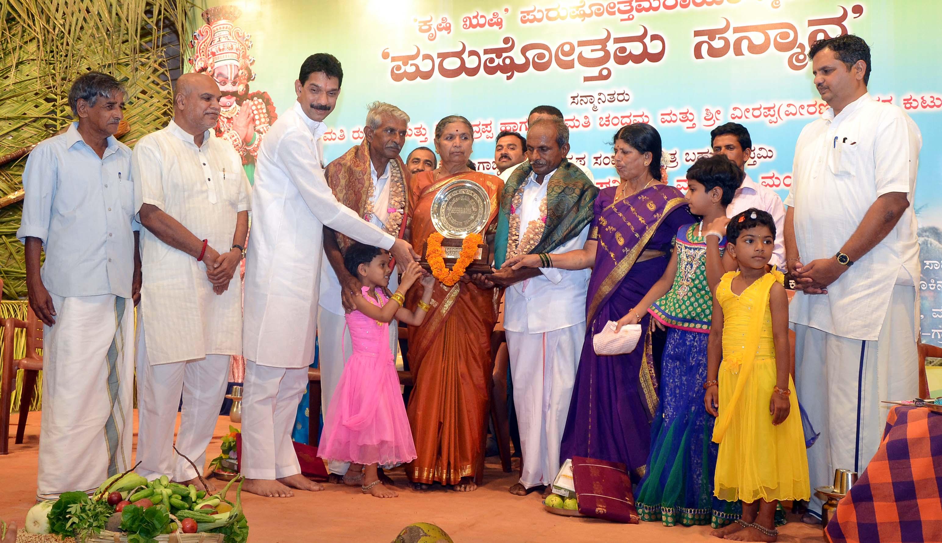 RSS Akhil Bharatiya sah Bouddhik Pramukh CR Mukunda, MP Nalin Kumar at 'Purushottam Rao Krishi Samman' at Mangaluru