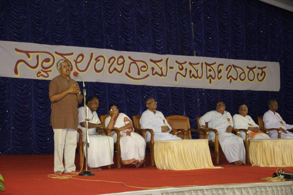Dr Balasubramaniam addressing