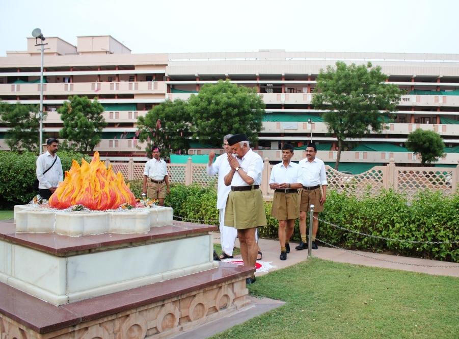 Dr Mohan Bhagwat, Dr Veerendra Heggade paying respects to Smruti Chinh, Samadhi of Sri Guruji Golwalkar