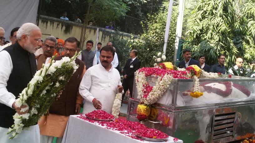 PM Modi Ashok ji Singhal ko Shradha Suman Arpit karte hue