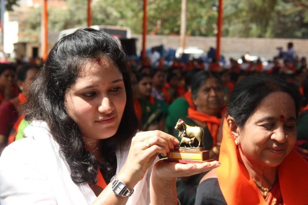 A woman performing Gou-Pooja at Hindu Spiritual and Service Fair-2015