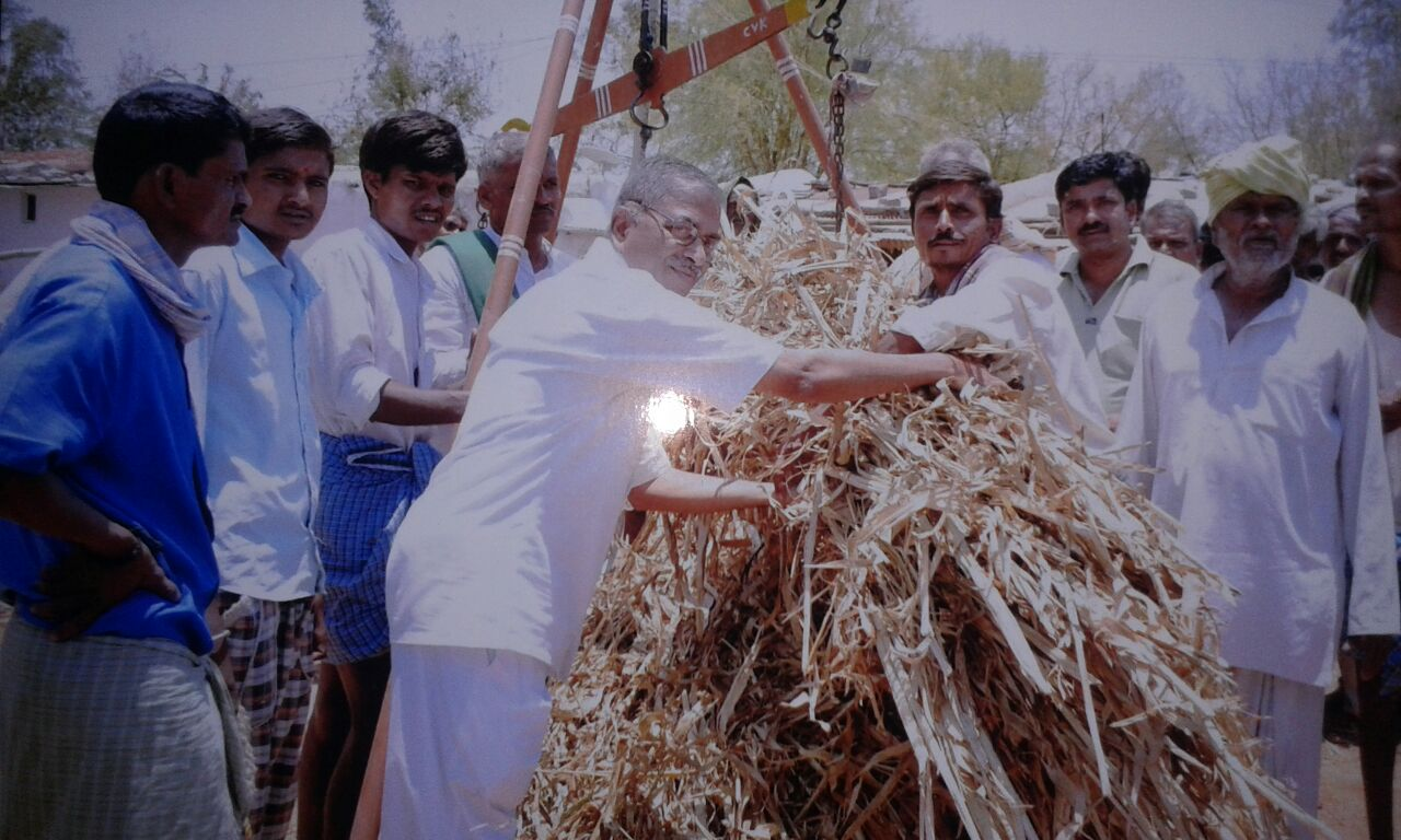 RSS Pranth Sahkaryavah Sridhar Nadgir distributed Fodder to farmers