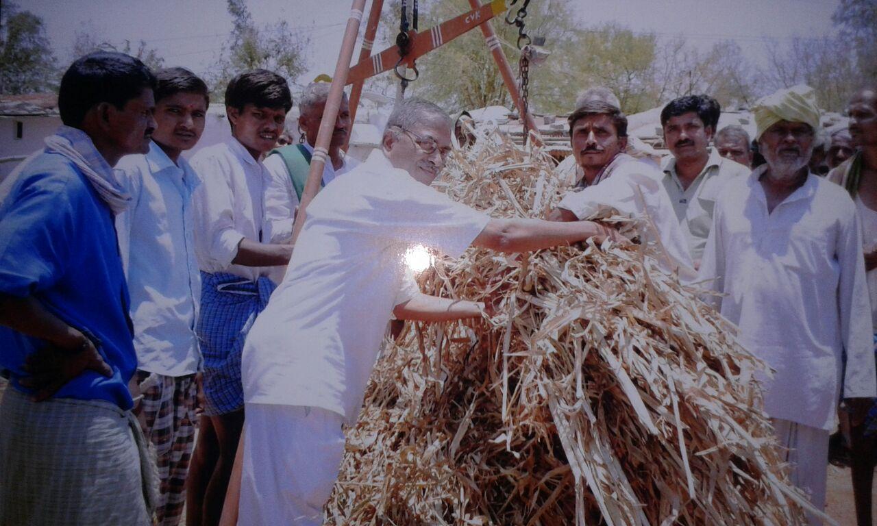 RSS Pranth Sahkaryavah Sridhar Nadgir distributed Fodder to farmers