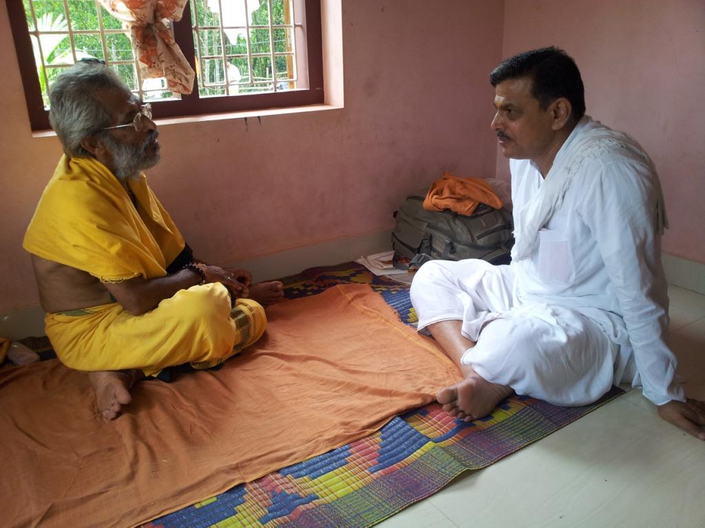 RSS Sahsarakaryavah Dattatreya Hosabale met Sitarama Kedilaya during Bharat Parikrama Yatra on October 14, 2012 at Kasaragod.
