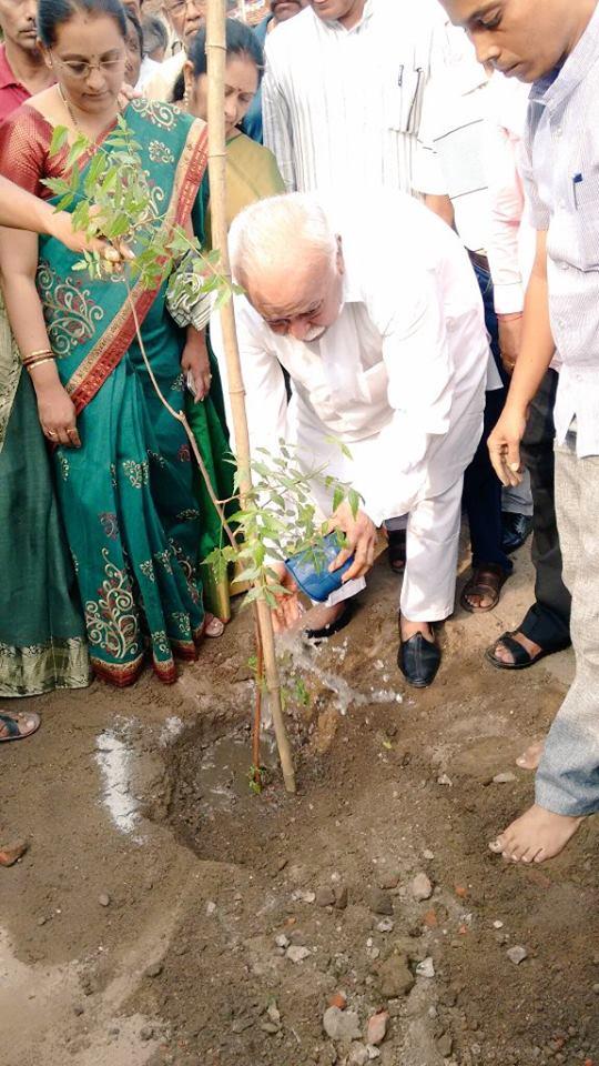 Mohan Bhagwat plants a sapling at Nagpur RSS HQ July-1-2016
