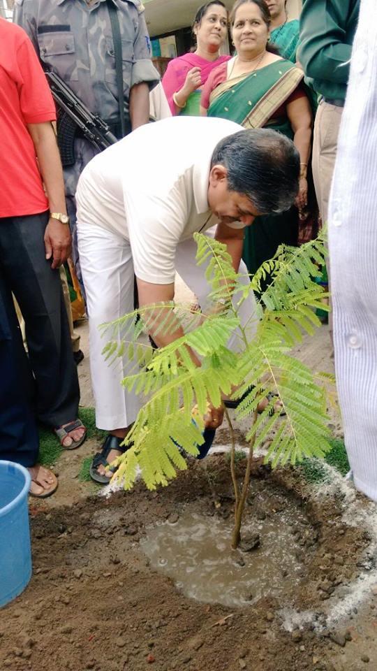 RSS-Sahsarakaryavah-Dattatreya-Hosabale-plants-sapling-at-Nagpur-July-1-2016.jpg
