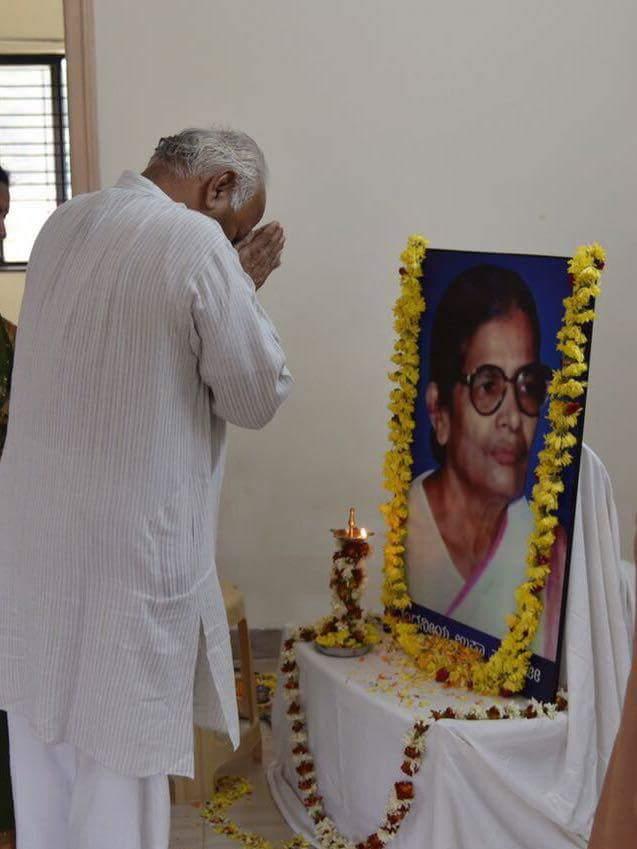 RSS Sarasanghachalak Dr Mohan Bhagwat paid tributes to Usha Tayi Chati at Hubballi