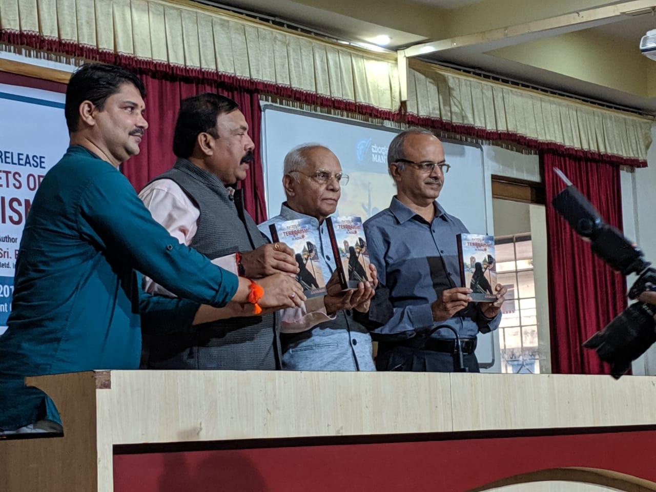 ಮಂಗಳೂರು: ಆರ್.ಎನ್ ಕುಲಕರ್ಣಿ ಅವರು ಬರೆದಿರುವ 'ಫೆಸೆಟ್ಸ್ ಆಫ್ ಟೆರರಿಸಂ ಇನ್ ಇಂಡಿಯಾ' ಪುಸ್ತಕ ಅನಾವರಣ