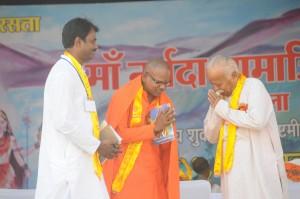 Mohan Bhagwat greets Madara Chennayya Swamiji