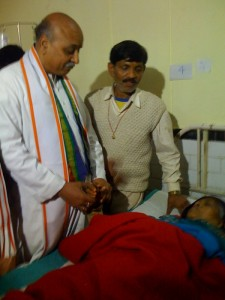 VHP Chief Dr Pravin Togadia visited hospital at Allahabad, met stampede victims