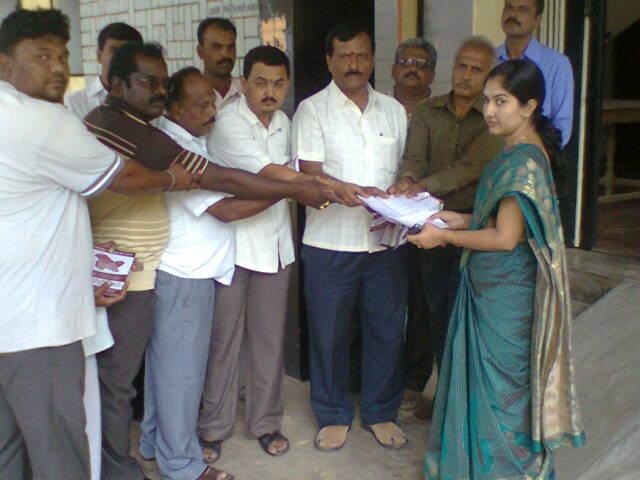 Protest at Madhugiri against JK report