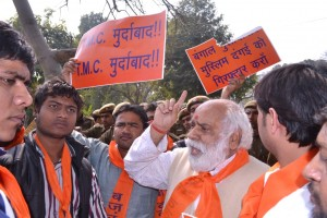 PHOTO 130221-2 VHP STATE VP SHRI SETHI ADDRESSING BD PROTEST AT TMC OFFICE AGANST ATTACKS ON HINDUS IN WB
