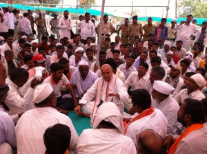 Parundi-Village-Aurangabad-Dist-Drought-Affected-Farmers-sharing-their-concerns-with-Dr-Togadia.