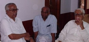 T-VENKATASWAMY-LEFT-WITH-VIDYANAD-SHENOY-AND-HV-SHESHADRIJI.jpg
