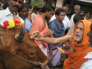 pejawar seer in his visit to a  Dalit Colony at Kolar